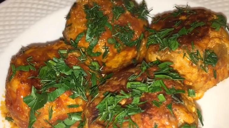 Баклажанные тефтели в соусе: сразу готовьте двойную порцию