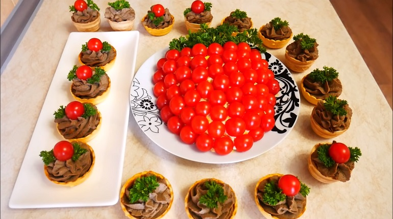 Интересный салат «Ягодка» и закуска в тарталетках: блюда на праздничный стол