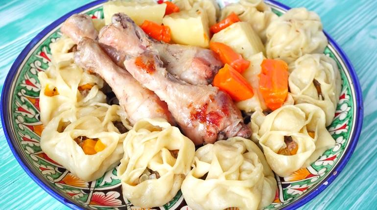 Два горячих блюда в одном казане: манты с голенями и овощами