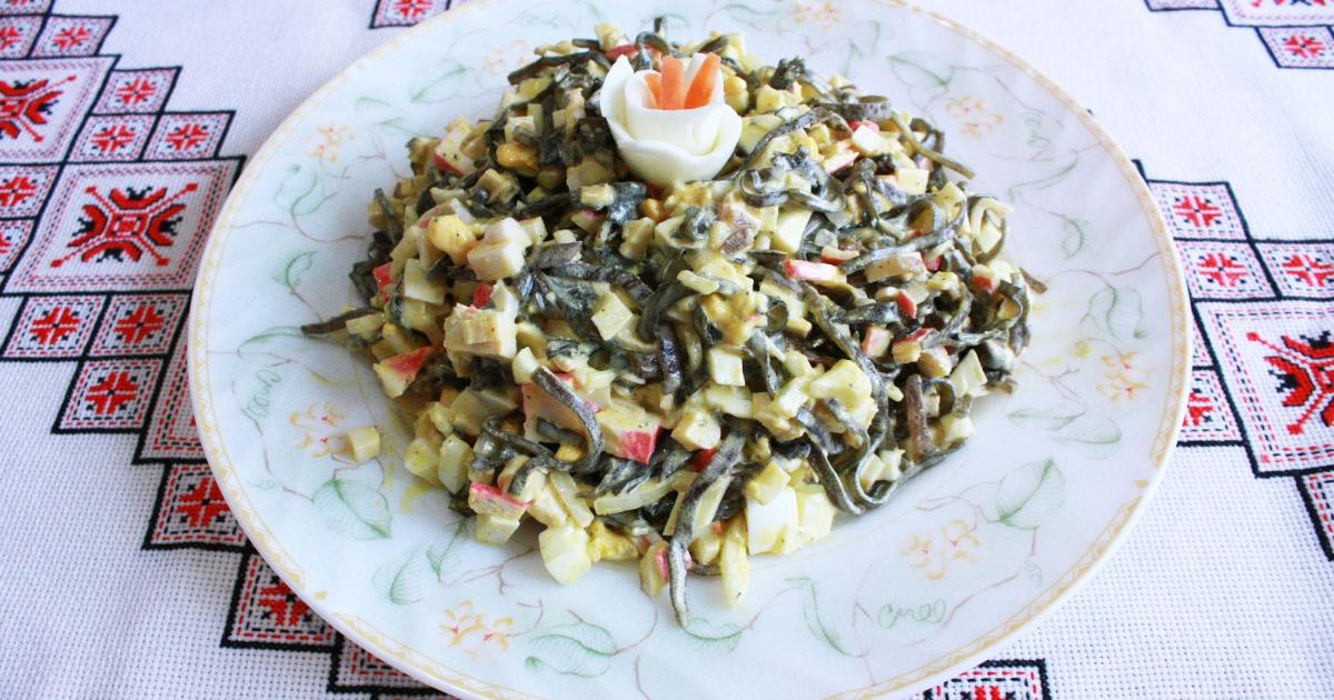 Аппетитный салат из морской капусты с крабовыми палочками