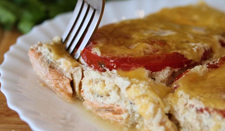 Филе горбуши, запеченное с помидорами и сыром: вам обязательно понравится