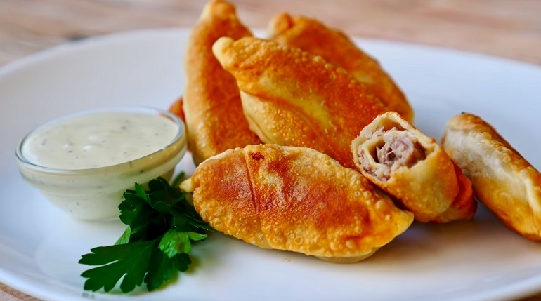 Изумительные мясные «конфеты» с пикантным соусом: вкуснятина из курицы