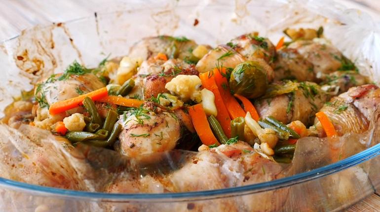 Курица на овощной подушке: быстрый обед или ужин в пакете