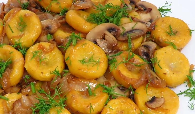 Ленивые вареники с картошкой, тыквой и грибами: оранжевое чудо