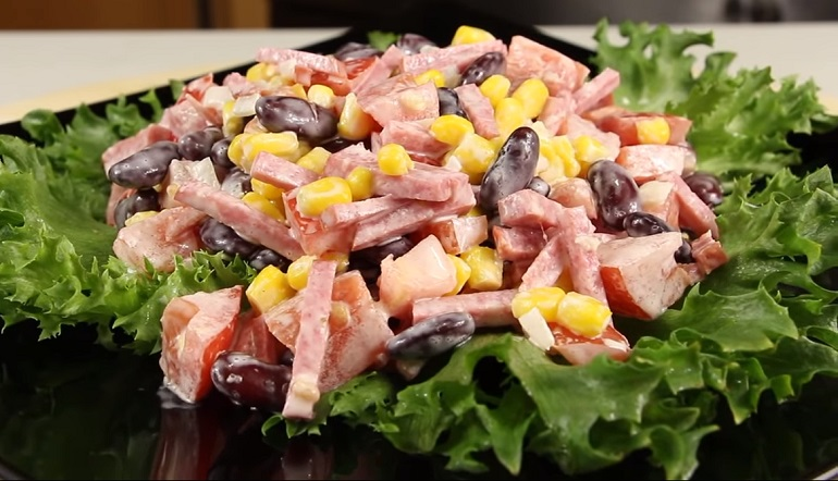 Обалденный салат «Гости на пороге»: яркий, вкусный – и всего за 10 минут