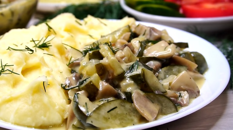 Огурцы с грибами в сметане: необычная, но очень вкусная подлива