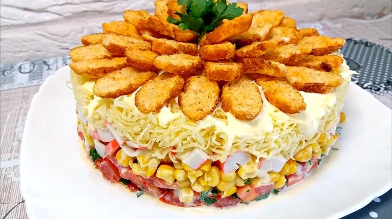 Оригинальный салат «Коррида» с крабовыми палочками: украсит любой стол