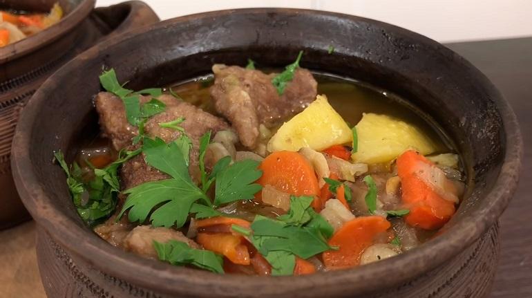 Печень с овощами в ароматном бульоне: вкусный обед из горшочков