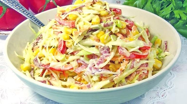 Салатик с капустой и колбасой за 2 минуты: вкусный и пикантный