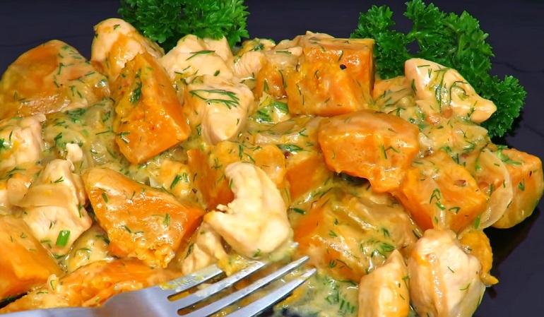 Сочная курица с тыквой в сметанном соусе: шикарный обед за 30 минут