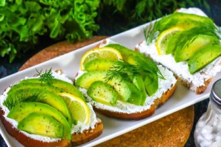 Потрясающие бутерброды с авокадо и творожным сыром
