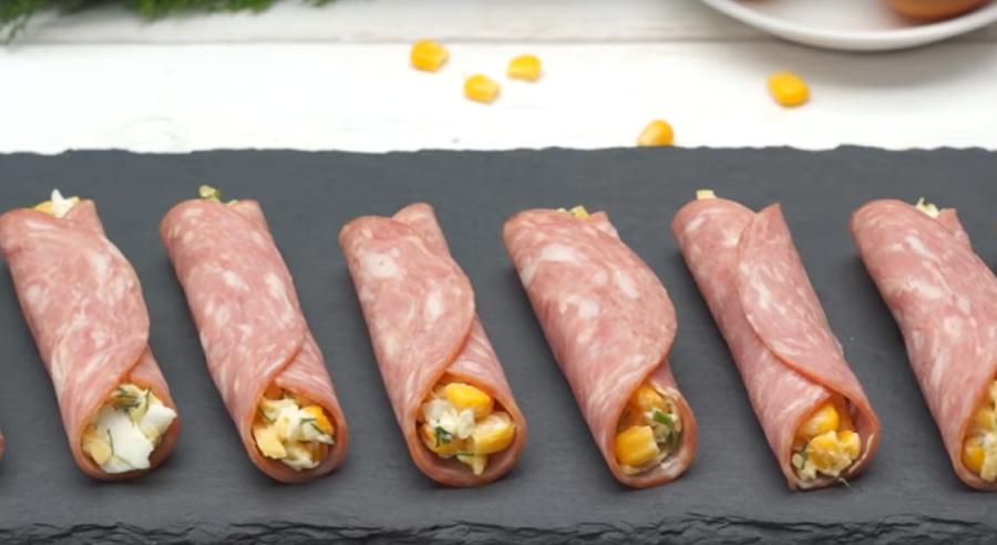 Быстрая закуска на праздничный стол из колбасы и сыра