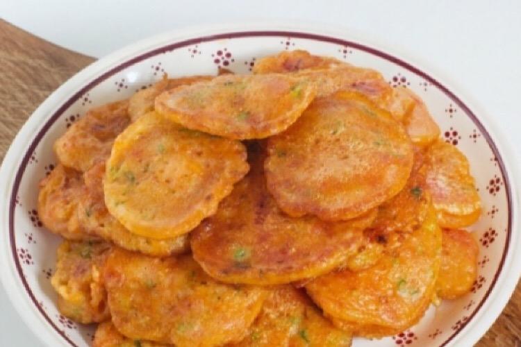Очень аппетитные оладьи с помидорами