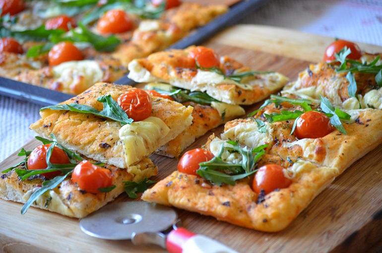 Очень вкусная итальянская лепешка фокачча с оливками и помидорами