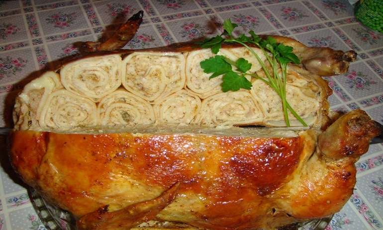 Курица, фаршированная блинами, свининой и яйцами