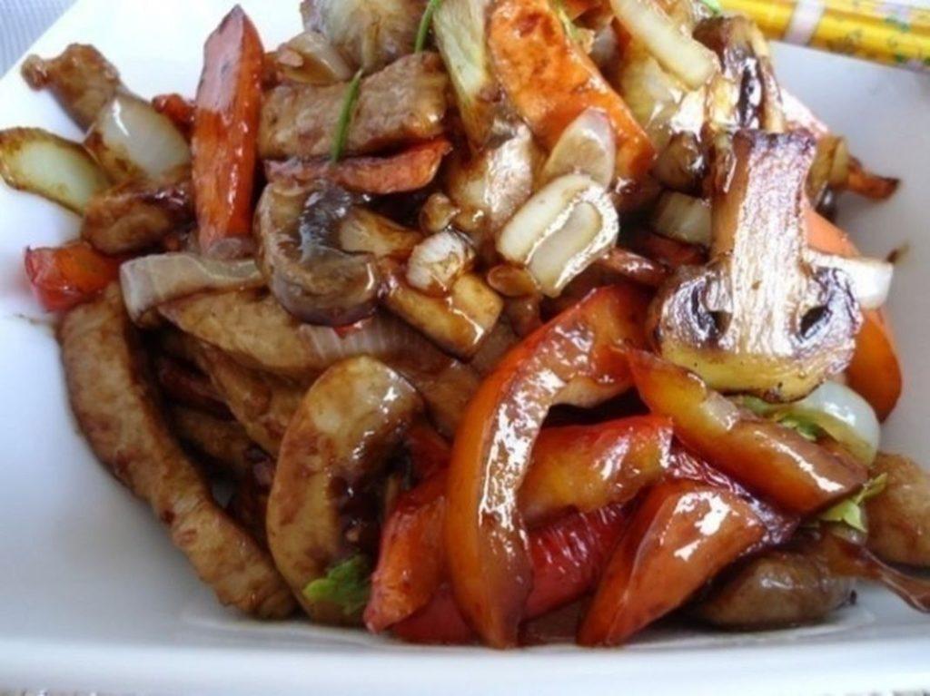 Курица с грибами и овощами в соусе