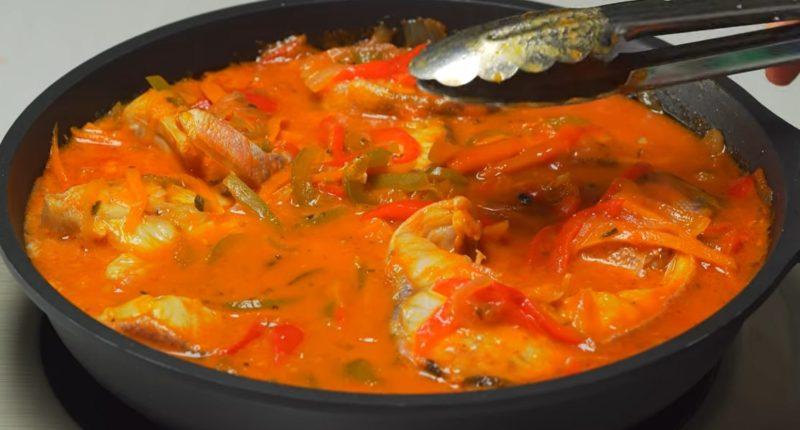 Потрясающая рыба в томатном соусе с овощами