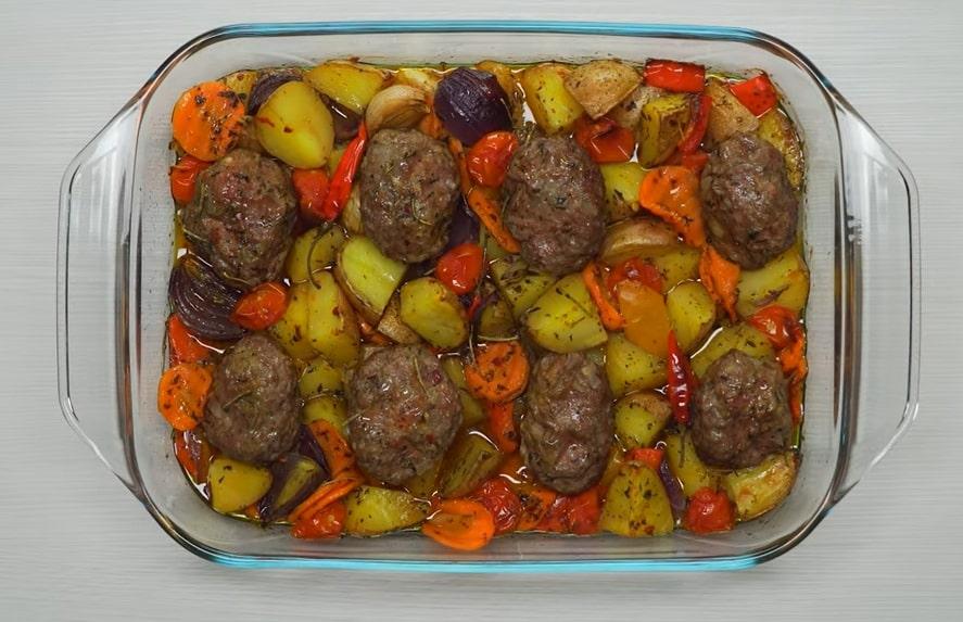 Ароматные мясные котлеты, запеченные с овощами