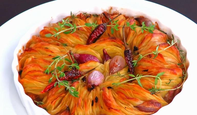 Шикарный праздничный гарнир: ароматная картошка из духовки
