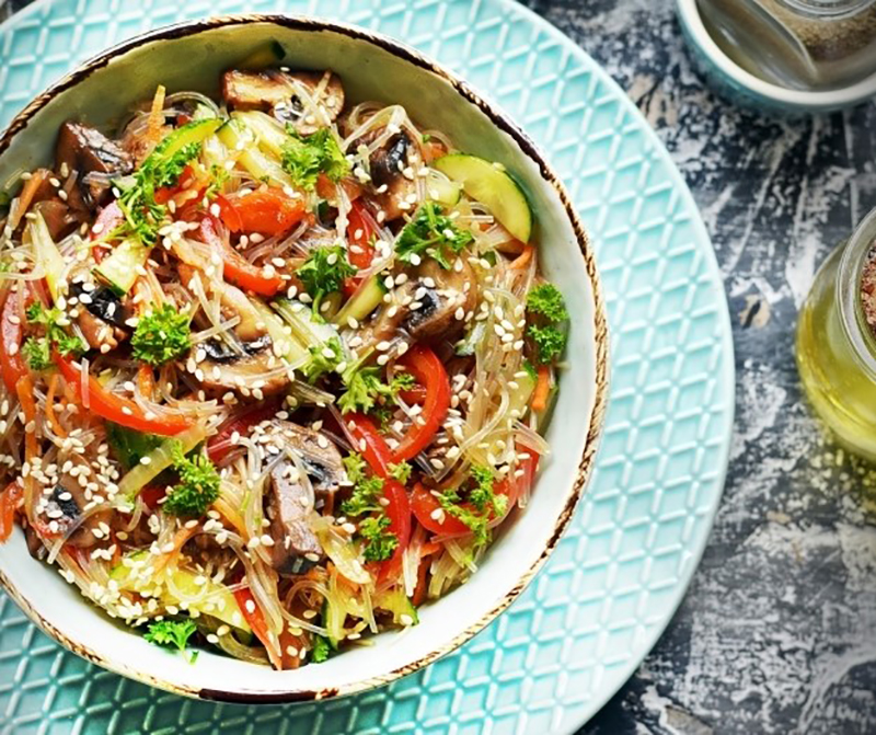 Отменный салат с фунчозой, шампиньонами и овощами