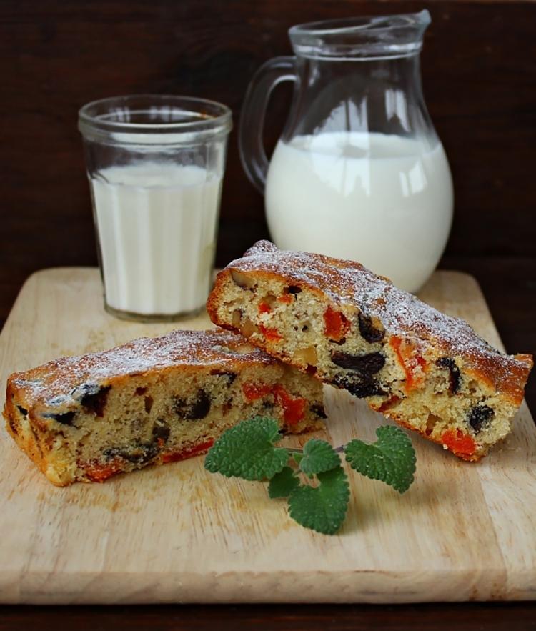 Нежный пирог с курагой и черносливом