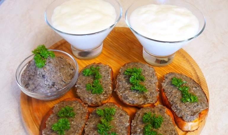 Гренки с грибной икрой и молочный кисель: пусть завтрак будет интересным