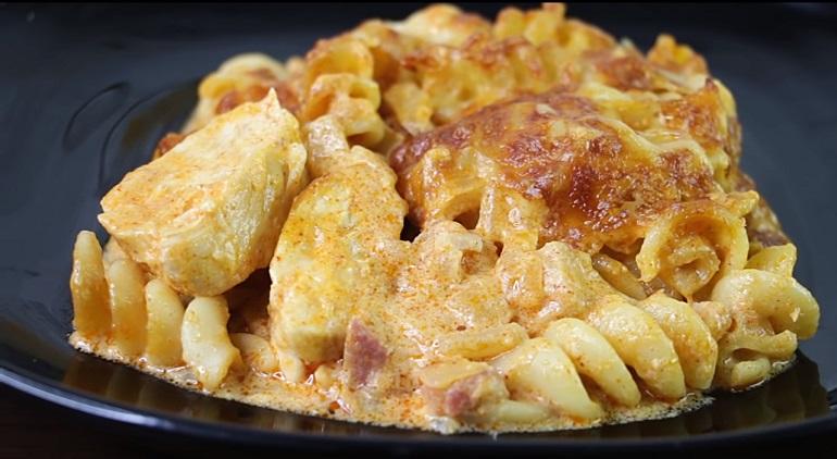 Вкусный ужин для всей семьи: куриное филе с макаронами в изумительном соусе