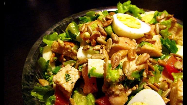Замечательный теплый салат с курицей: легкий полноценный ужин
