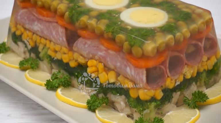 Праздничное заливное из курицы с овощами: красота неописуемая
