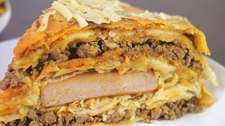 Закусочный пирог из лаваша с мясной и сырной начинкой: сытный и вкусный