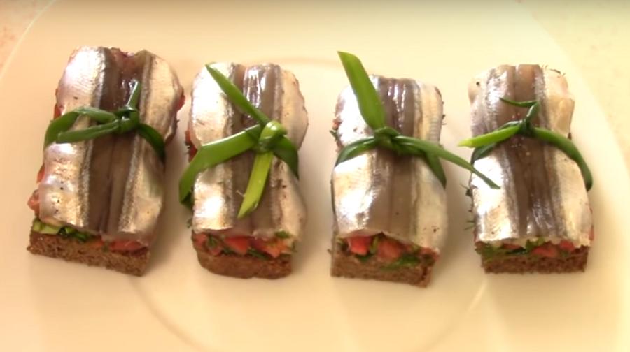 Из простых продуктов-праздничные бутерброды