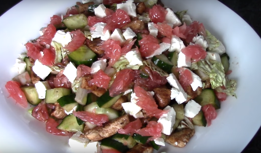 Свежий, пикантный салат из курицы с грейпфрутом