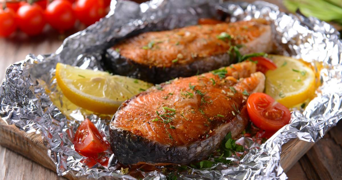 Рыбные стейки, запеченные с помидорами: вкусное блюдо к ужину
