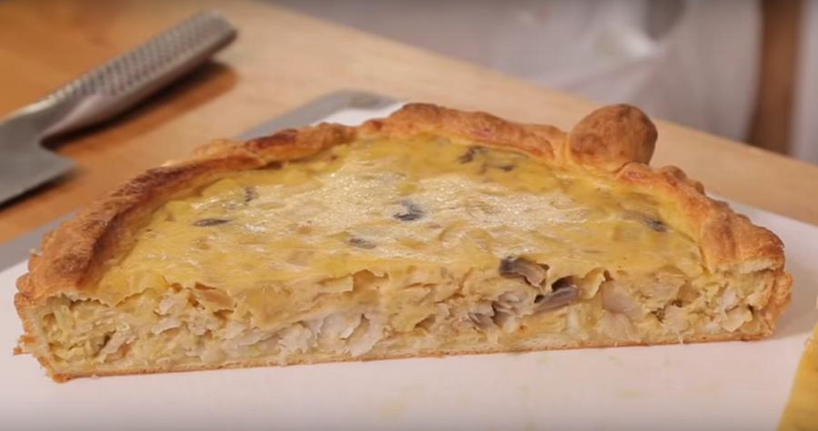 Пирог из слоеного теста с минтаем и луком