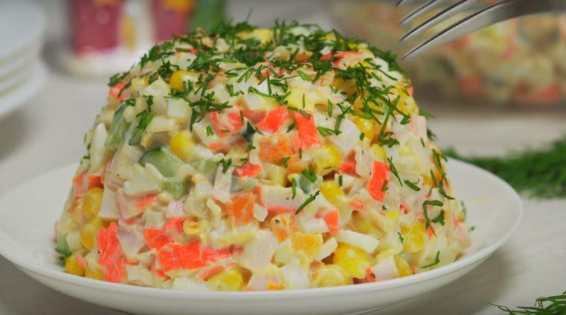 Обалденный новогодний салат с крабовыми палочками к праздничному столу