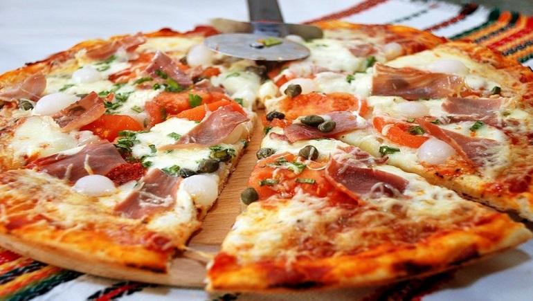 Самая лучшая домашняя пицца с беконом: и не надо заказывать!