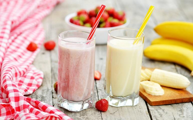 Молочные коктейли – классический и клубничный: освежающие и полезные