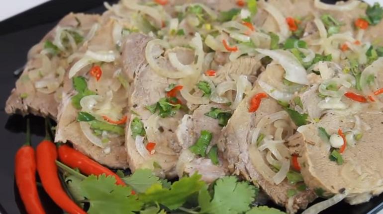 Мясо, маринованное с луком: закуска, которая лучше любой колбасы