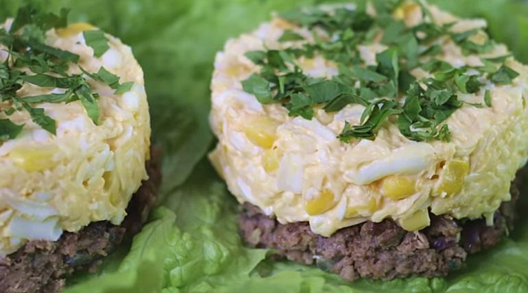 Необычная закуска на праздничный стол: салат на котлете