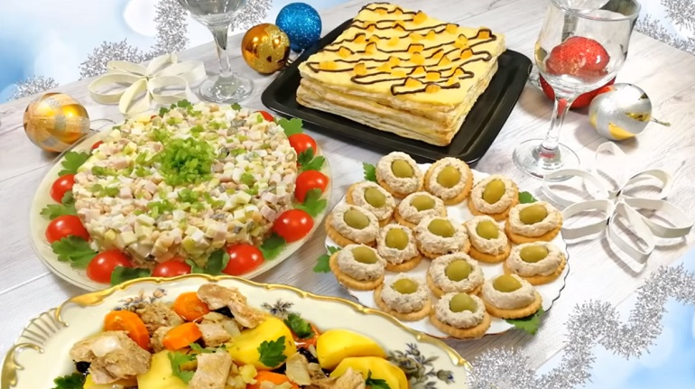 Простой и быстрый новогодний стол из четырех блюд: горячее, салат, закуска и торт