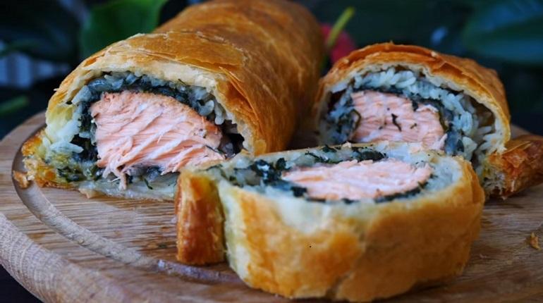 Пирог с красной рыбой: хрустящий сверху и сочный внутри.