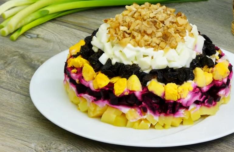 Всегда вкусная и красивая закуска: шикарный салат из свеклы с черносливом