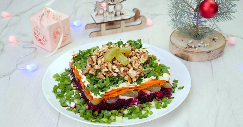 Вкуснейший салат с виноградом и орехами