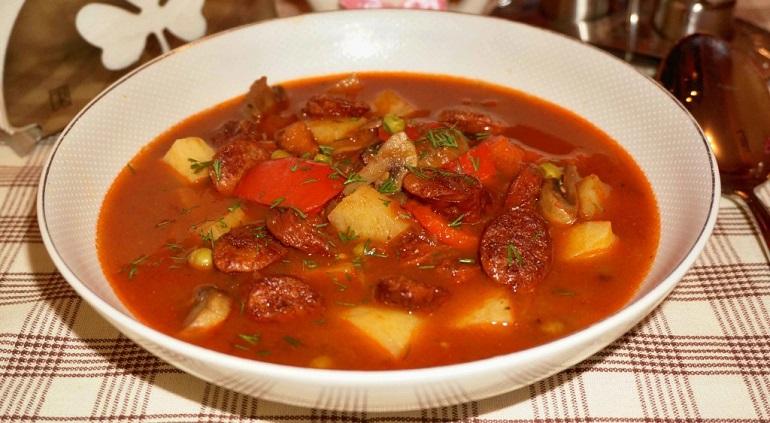 Самый быстрый суп с охотничьими колбасками: первое блюдо, которое нравится всем