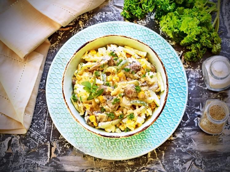 Аппетитный салат с шампиньонами, сыром и кукурузой