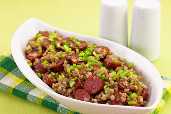 Блюдо для маленьких приверед: гречка с сосисками и грибами