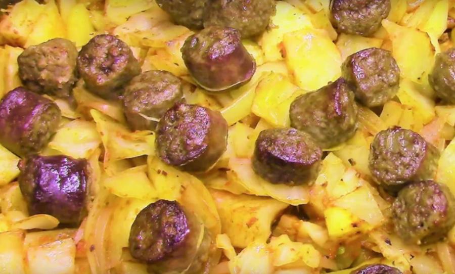 Простое блюдо к ужину: картофель с колбасками и капустой в духовке