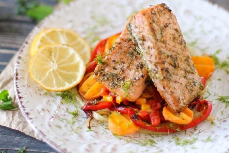 Бесподобный лосось с овощами в духовке