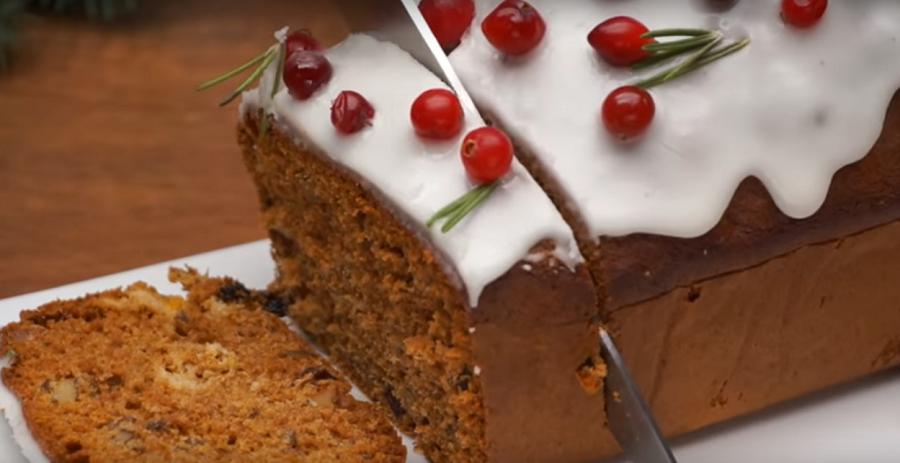 Рождественский кекс с изюмом, орехами и сухофруктами