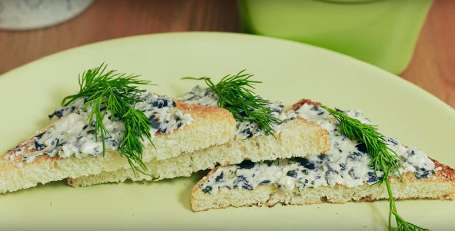 Вкусный завтрак-тосты с сыром и оливками